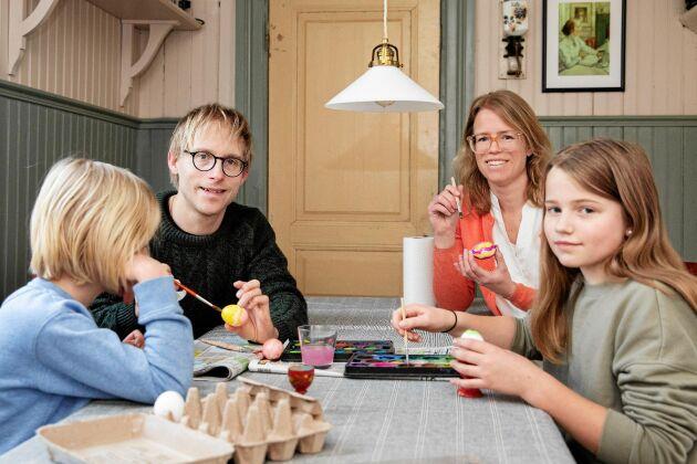 Påskpyssel i köket, Valter, Johan, Jenny och Sigrid.