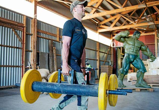 Även Jimmy Wressel ska testa sin styrka under Bondens dag. I Farmers walk går deltagarna varv efter varv med 80 kilo i varje hand. Sedan mäts sträckan med mäthjul.