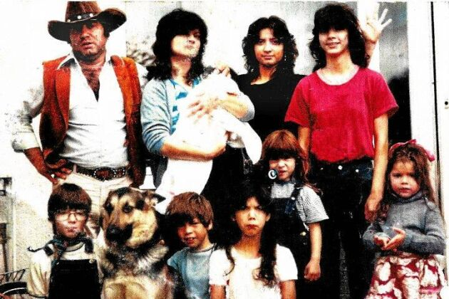 Storfamilj. Hela Morenos familj 1982. Själv vilar han nyfödd i mammas famn, med pappa till vänster.