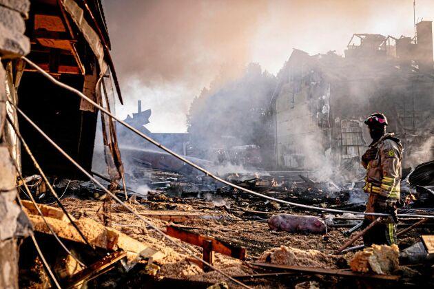– Det är ett stall som brunnit ner, efter att en brand har spridit sig från spannmålstorken, säger John Hugoson, VD, till Land Lantbruk.