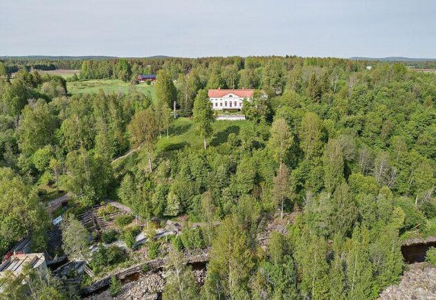 Baggböle herrgård idag. Skogen har vuxit upp igen men nere i älvfåran syns lämningar från sågverkstiden.