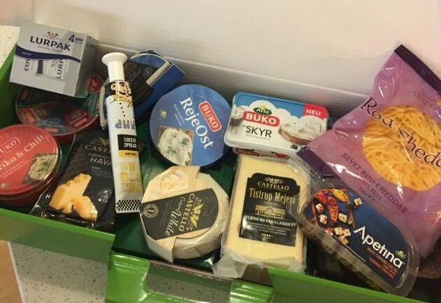 Julklappen som de anställda på nedläggningsdabbade mejeriet i Boxholm fick – en låda med dansk ost.