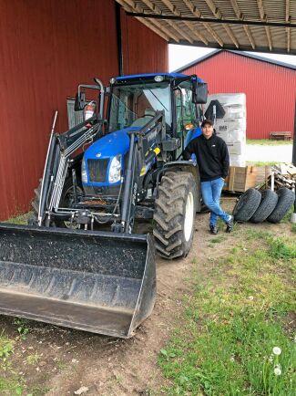 Polisen bad Kasper Svensson att skotta jord med sin NH5030 så att man på ett säkert sätt kunde stoppa en skenande lastbil.