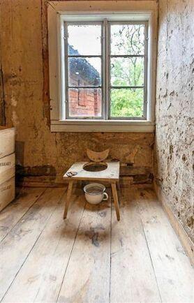 Toalettrummet är enkelt inrett med en träsist och en porslinspotta.