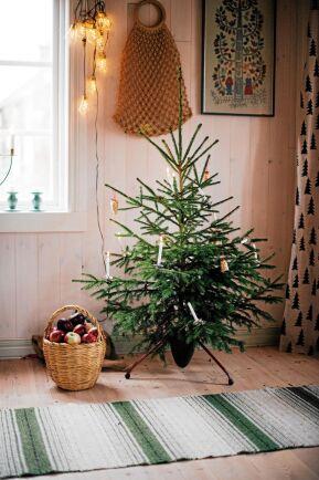 En riktig gran med levande ljus av stearin ger gammaldags julkänsla. Men får inte lämnas utan tillsyn förstås.