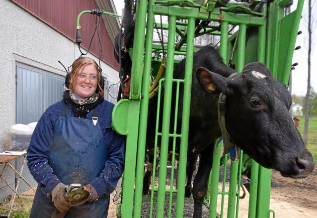 Emeline Karlsson är nu certifierad klövvårdare och kommer att kombinera anställningen på en mjölkgård med att driva eget företag som klövvårdare.