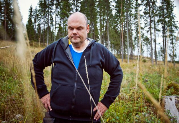 Flera år efter avverkningsanmälan och fyra månader efter domen i Mark- och Miljööverdomstolen väntar Henrik Skane fortfarande på besked om hur han ska hantera sin skog där det finns bombmurkla.