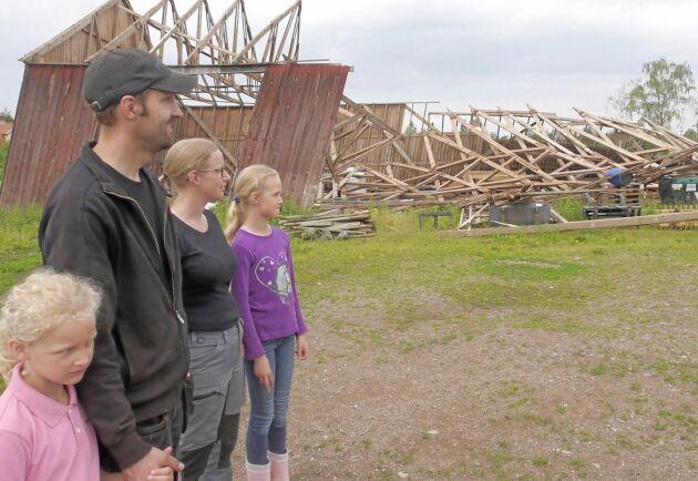Fredrik Bjarnehall och Liselott Johansson och döttrarna Ellen (längst till vänster) och Isabell är lättade över att inga djur eller människor skadade sig när den kraftiga stormen drog fram genom Haltemåla.