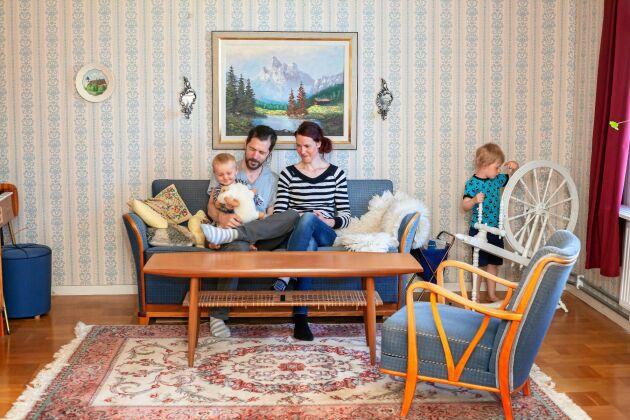 Vardagsrummet i lägenheten på övervåningen är möblerad med arvegods.