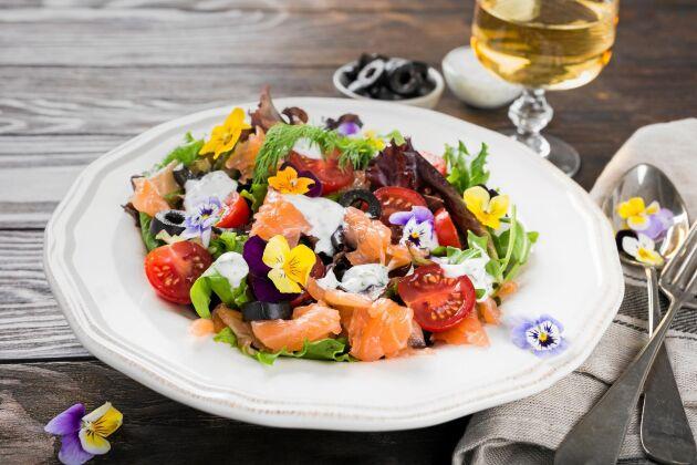 Ätbara blommor kan bli en färgglad dekoration i somriga sallader.