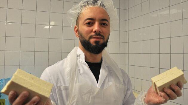 Mohamed Hamza tillverkar grillostar liknande den cypriotiska Halloumiosten i stora mängder.