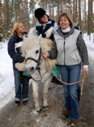 Lis-Lott Andersson leder ponnyn Salix Sheila under cp-skadade Amalia Dehlins ridtur i skogen.