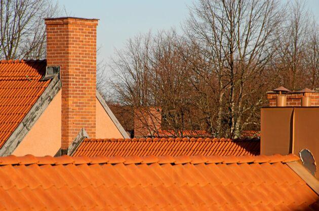 Upp och kolla taket. Glöm inte detaljer som antennfästen, ränndalar och vindskiveplåtar.