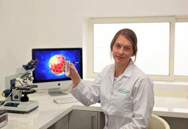 Emma Jönsson i labbet. Upp till 500 doser kan hanteras per dag.