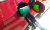 Billigare att tanka efter prisras på olja