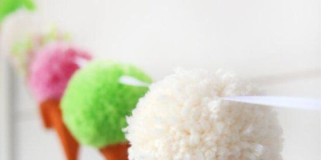 Glassig girlang av pompom-strutar