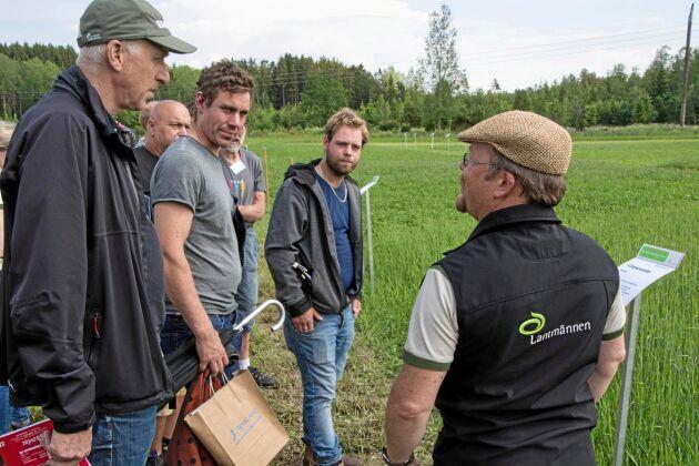 Ekolantbrukarna Bengt Edsgård, Karlstad, Erik Gustavsson, Kil, och Filip Eliasson, Vårgårda, intresserade sig alla för det bakteriebetade utsäde som Ola Arwidsson på Bioagri är med om att ta fram och som gör att grödan tar upp 30 kilo mer kväve.