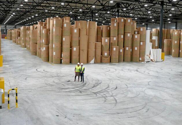 Stort. Projektledaren Maria Engnes och driftingenjör Johan Isaksson ser små ut i det 18 000 kvadratmeter stora lagret. När kartongmaskinen går för fullt fylls det på två veckor.