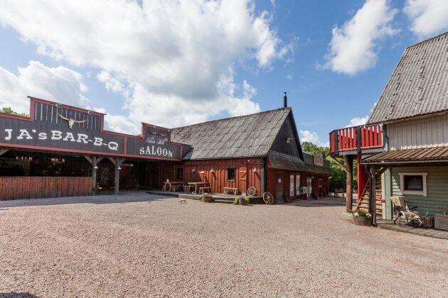 På ranchen finns en rejäl innegård mellan saloonen med uteservering och stallet med hotellrum på övervåningen.