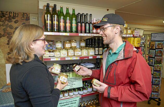 Olof Friberg är en av de lokala leverantörerna. Från hans gård mellan Killhult och Hörby får de honung, sylt, saft, marmelader och inläggningar.