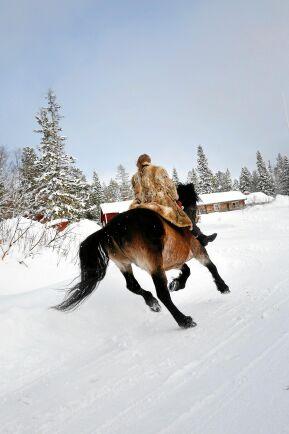 Dottern Kerstin älskar att rida i väg barbacka i snön.