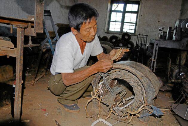 När trådarna i en motor brinner av lagas de med hjälp av bomullstrådar. Arbetet kräver stor skicklighet och stort tålamod.