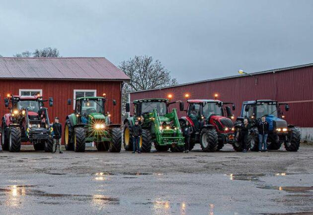 Första anhalten på paraden är en hamburgerbar. Sedan kör alla till en större parkering för att visa upp sina traktorer.
