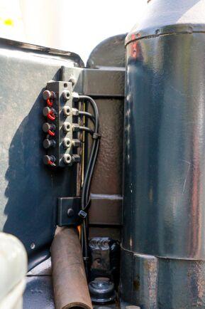 Vincent Johansson har monterat ett trycksmörjningssystem på traktorn, det fanns inte i original.