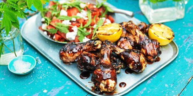 BBQ-glaserade kycklingklubbor med sommarsallad