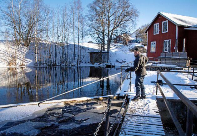 Stefan Åkerlund driver vattenkraftverk i Harmångersån och har nu fått miljötillstånd för verksamheten.