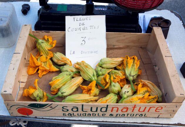 Squashblommor till försäljning på marknad i Vaison-la-Romaine.