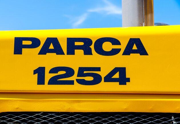 När han köpte den stod det BM Volvo LM1254 på hjullastaren, men Lars Åkesson lät trycka upp nya Parca-dekaler i stället för att få till den rätta looken.