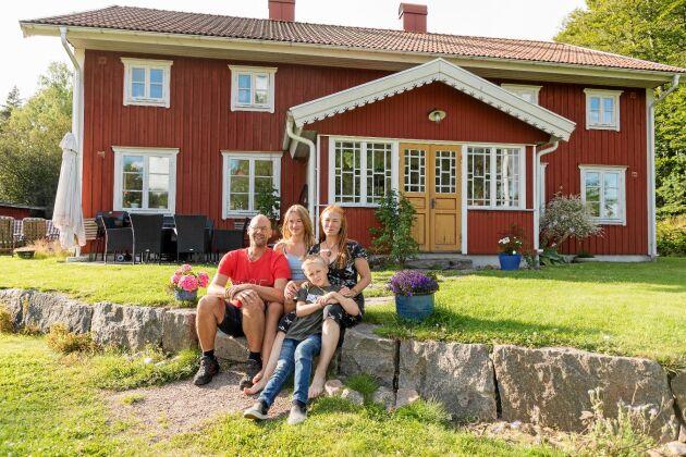 Familjen Rosén trivs i sitt nybyggda Smålandshus, i gammaldags stil med glasverandor och pardörrar.