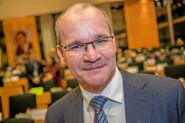 Ulf Jahnsson, HK Scan, tar emot Cogecas innovationspris till LSO Osuuskunta för Omega 3-grisen.