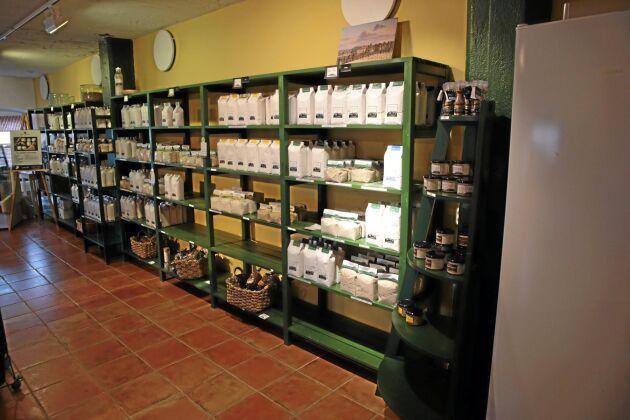 Ett stort sortiment av förädlade spannmålsprodukter från egna åkrar finns att köpa i Malmgårds gårdsbutk. Mellanöl och cider med en alkoholhalt upp till 4,8 procent har gårdsbutiken tillstånd att sälja.