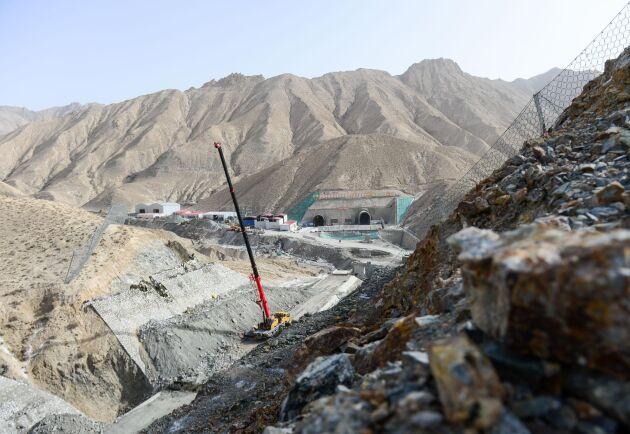 På fotot från 15 maj 2019 syns ett järnvägsbygge utfört av China Railway Tunnel Group i bergskedjan Altun Shan i den autonoma regionen Xinjiang i nordvästra Kina. Landet har kritiserats av människorättsgrupper för att använda infrastruktursatsningar för att trycka undan regionens uiguriska befolkning.