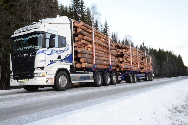 Själanders åkeri, med bas i Näsånger i Västernorrland, kör rundvirke med en bil som får lasta 74 ton.