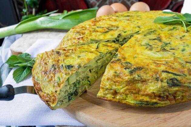 Kirskål i en matig omelett med inbyggd potatis.