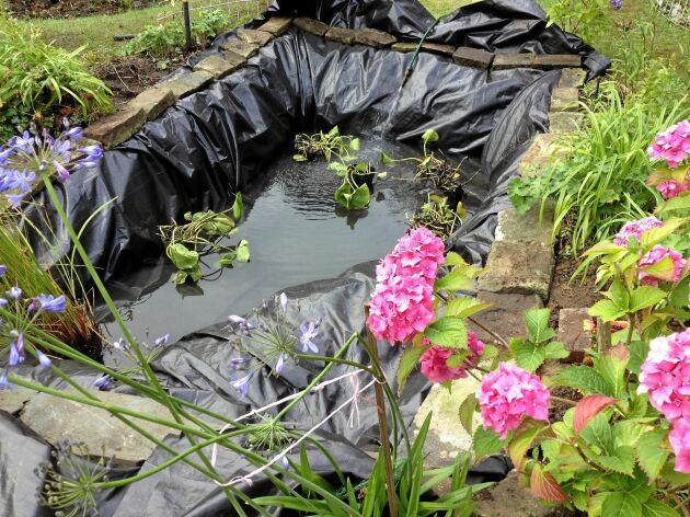En dammduk utbredd för fyllning. Kanten skärs ren först när vattnet tyngt ner allt så att den inte kapas för snävt.