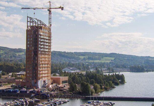 Världens högsta trähus står nu klart i norska Brumunddal. Byggnaden har 18 våningar och når en höjd på drygt 85 meter.