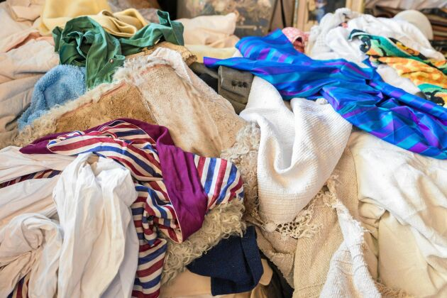 Om du måste slänga textiler – lämna till textilåtervinning eller second hand.