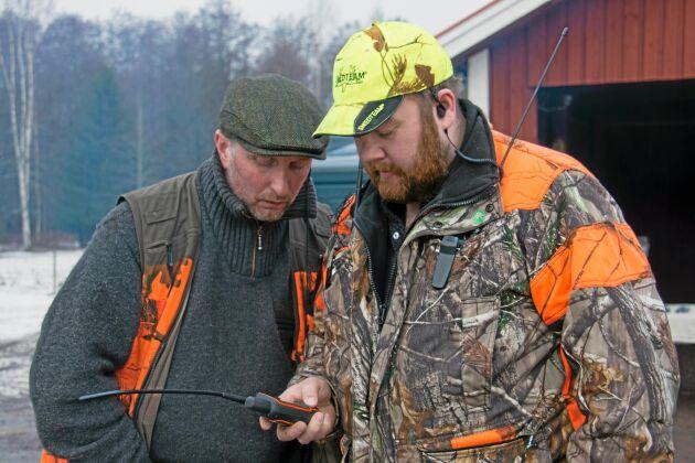 Arrangör och jaktledare Nicklas Ohlzon och Daniel Sjölund håller koll på var hundarna befinner sig.