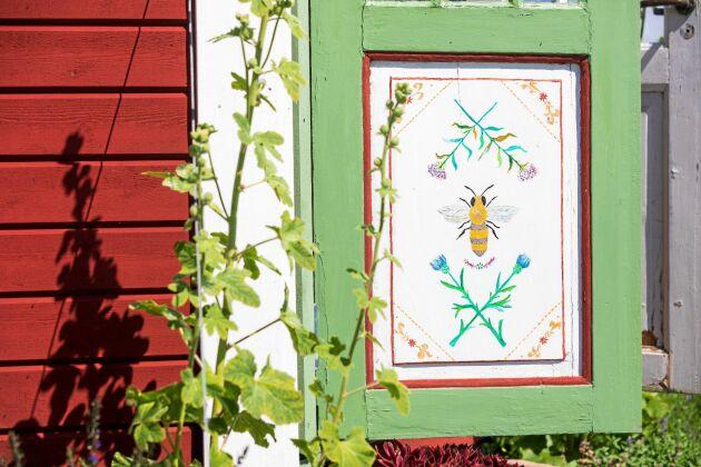 Dörrspeglarna har Liselott och tonårsdottern Filippa dekorerat med bi- och blomstermotivmotiv.