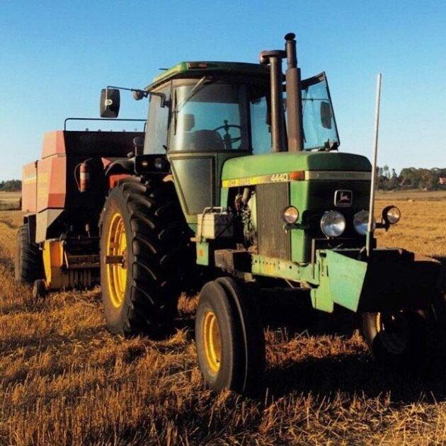 Här är det pressning med John Deere 4440 och Eva Jerpdal meddelar att traktorn gått runt 10000 timmar.
