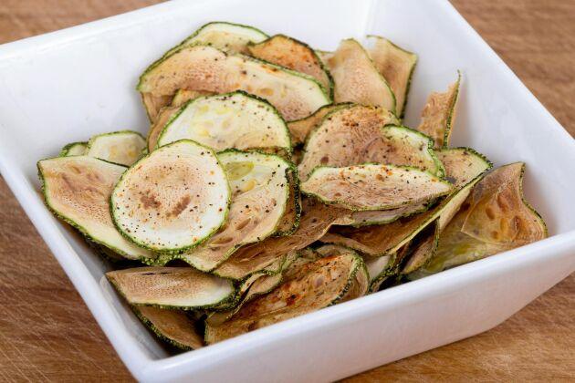 Zucchinichips med krydda.