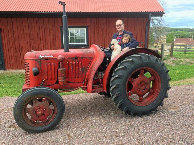 Fredrik S Hermelin, här med dottern Alexia, brukar hyvla av sina skogsbilvägar en gång om året.