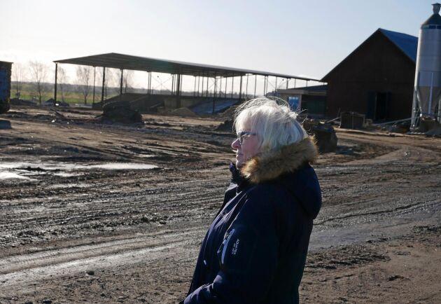 Det enda som finns kvar av den gamla ladugården är plåtsilon. Ett 100-tal kor och omkring 30 kalvar brändes inne i branden. Nu planerar Vretaskolans rektor Elisabeth Bringer Hallberg för att bygga upp en ny besättning.