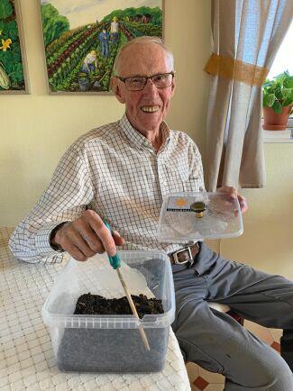 Bengt Flärdh visar vad som behövs för att starta en solkompost. En burk med lock, lite jord och en sked eller pinne att röra om med.