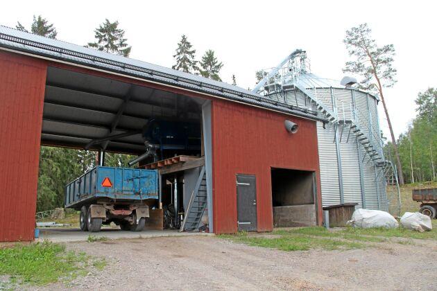På Björnarbo står rensverket mellan tippgropen och torksilon, avrenset hamnar i utrymmet utan dörr mellan logporten och silon