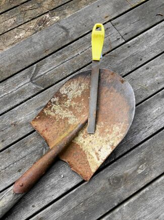 Lycklig den som har en vass spade. Den skär genom grässvålen som genom smör. Foto. Kristina Bäckström